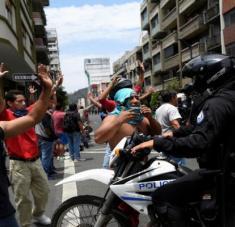 Estos cortes presupuestarios ya amenazan el empleo de, al menos, 6000 docentes ecuatorianos. Foto: Reuters.