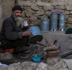 El bloqueo impuesto por Estados Unidos impide a familias afganas recibir las mesadas de sus familiares en el exterior. Foto: EFE
