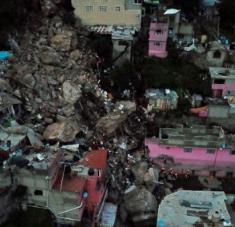Más de 80 viviendas fueron desalojadas por la probabilidad de que se produzca otro derrumbe en el cerro. Foto: EFE