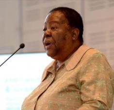 La ministra de Relaciones Internacionales y Cooperación de Sudáfrica, Naledi Pandor, habla con los miembros del Cuerpo Diplomático en Ciudad del Cabo.