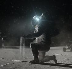 Científicos desarrollan aspirador lunar para que los astronautas se limpien.