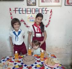 Admirable el gesto de los padres que desde sus hogares festejaron el 4 de Abril e hicieron felices a sus hijos-pioneros. Foto: Tomada del Facebook de Giusette León