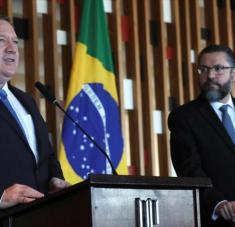El secretario de Estado de EE.UU., Mike Pompeo (izda.), y su par brasileño, Ernesto Araujo, ofrecen una rueda de prensa conjunta.