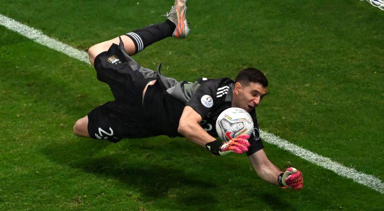 El meta argentino se vistió de héroe al detener tres disparos en la tanda de penales. Fotos: Twitter Copa América.